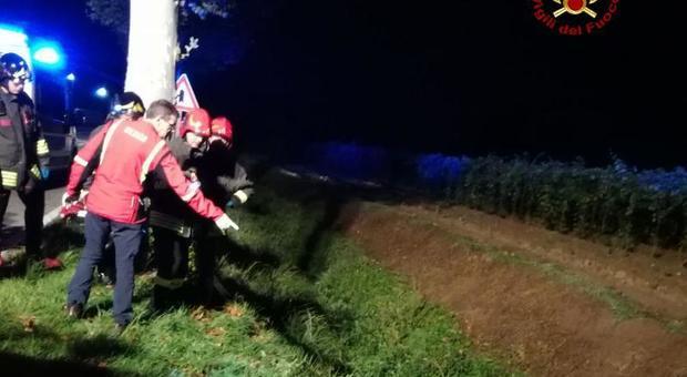 Cadavere di un ciclista trovato in un fossato: caccia al pirata