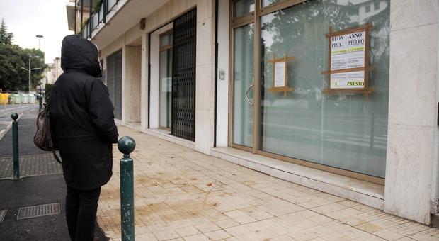 I manifesti attaccati alla sede dello studio dell'amministratore, in via Spalti