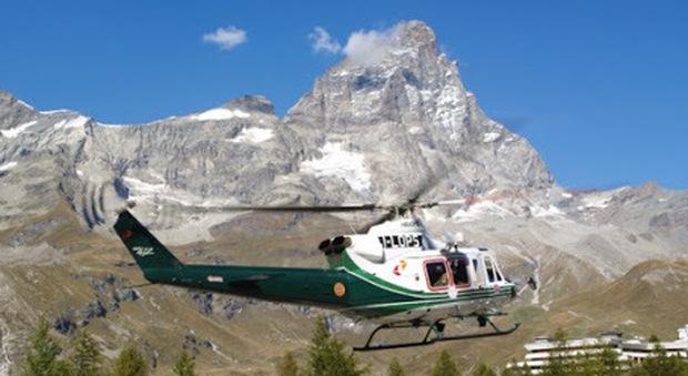 Cervino, trenta alpinisti bloccati da una frana a quota 3.800 metri: in azione gli elicotteri