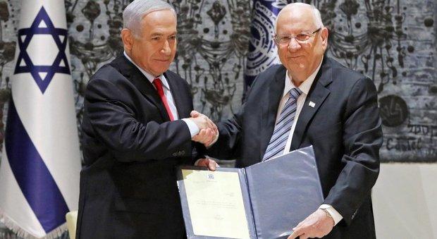 Netanyahu (a sinistra) riceve dal presidente Rivlin l'incarico di formare il governo
