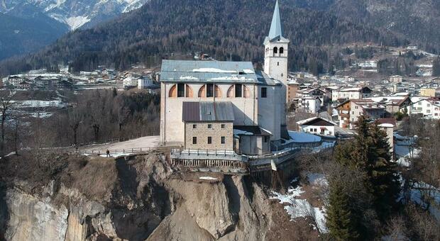 La chiesa di San Martino Vescovo in bilico su un dirupo franoso