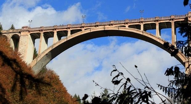 Esce di casa in mezzo alla notte sale sul ponte e si for Camino sul ponte rialzato