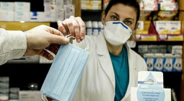 Mascherine, via obbligo in primavera? Il consulente di Figliuolo: «Come green pass, necessario con otto milioni di non vaccinati»