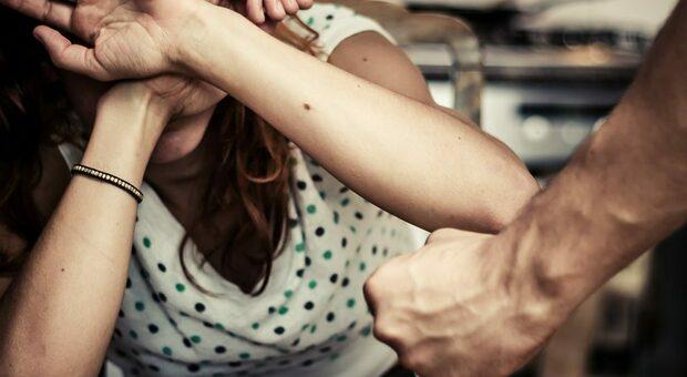 Denuncia il marito violento: prima del processo lui si ammala e lei decide di accudirlo