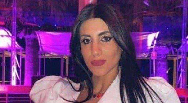 Dora Lagreca, i funerali: nessuno crede al suicidio. Folla e commozione: «Era serena»