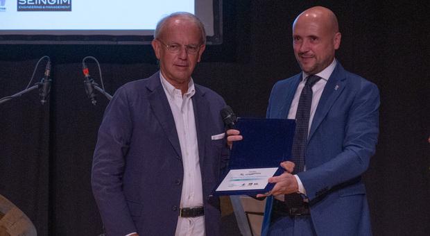 Il direttore del Gazzettino Roberto Papetti ritira il premio a Jesolo