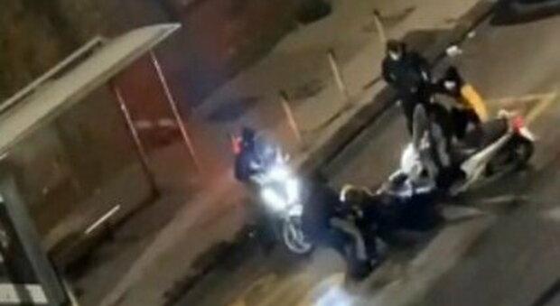 Rider aggredito a Napoli di notte al branco: denunciati un 15enne e un 17enne