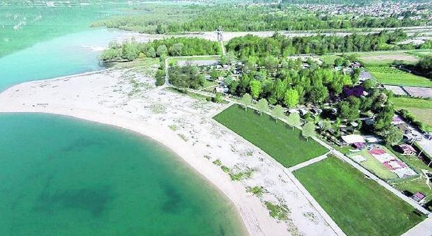 Sulla spiaggia del lago di santa croce arrivano il for Cabine del lago hyatt