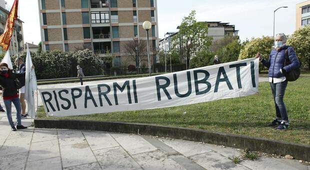 La protesta dei risparmiatori fuori dal tribunale di Treviso