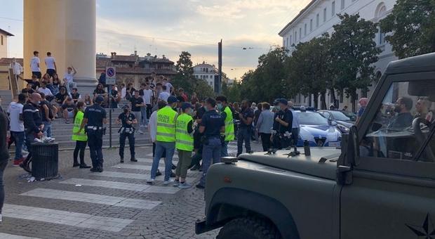 Controlli della Polizia locale a Treviso in piazza Duomo