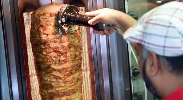 La crociata anti-kebab di Bitonci: aiuti ai locali di cucina veneta