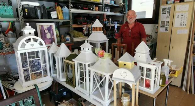 In municipio l'ultima idea dell'uomo delle lanterne