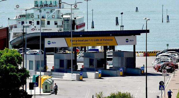 Lo scandalo dei bagni sui ferry boat: puzza insopportabile da quelli chimici, chiusi gli altri