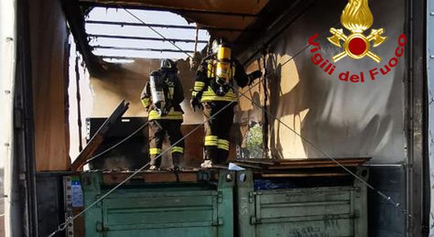 Pneumatico a fuoco: autocarro si incendia in autostrada