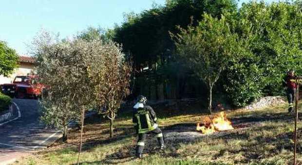 Cisterna con mille litri di gpl a fuoco rischio esplosione a montecchio - Bombolone gas interrato ...