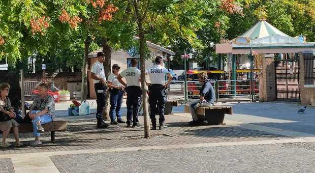La Polizia locale impegnata in piazzetta Zorzetto occupata da numerosi sbandati