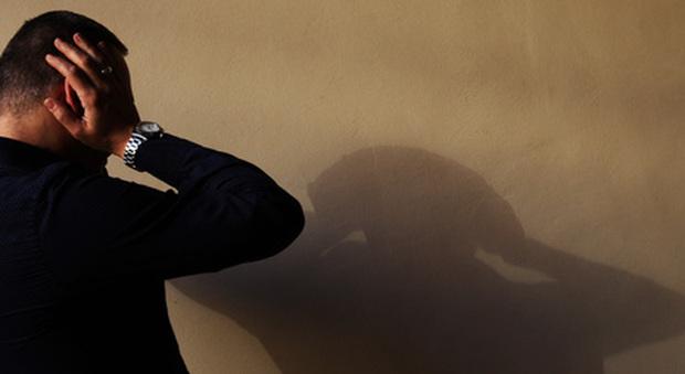 Agente di commercio sommerso da debiti: Sms all'amico e s'impicca