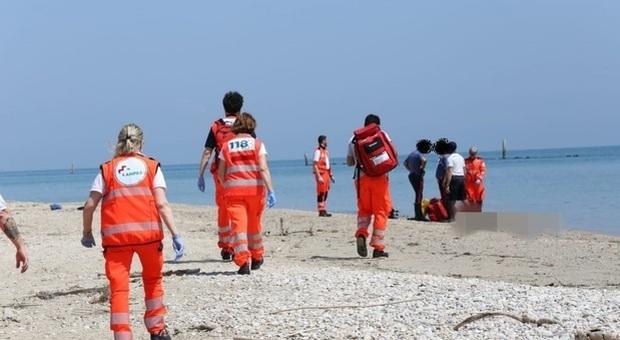 Giallo in spiaggia: affiora dall'acqua il cadavere di un uomo di 50 anni