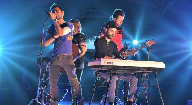 Enrico Coin (a sinistra) sul palco con i Liveplay