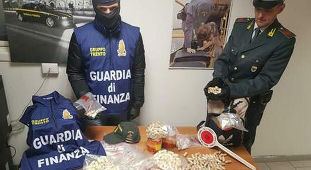 Gdf e droga sequestrata (foto di repertorio)