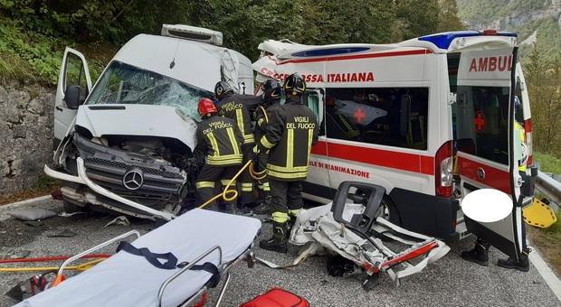 Furgone si scontra con un'ambulanza: 3 feriti, due sono gravi