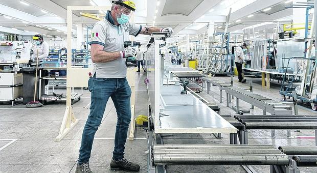 Un operaio al lavoro in fabbrica