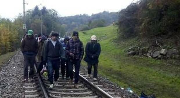 Migranti sui binari (foto di repertorio)