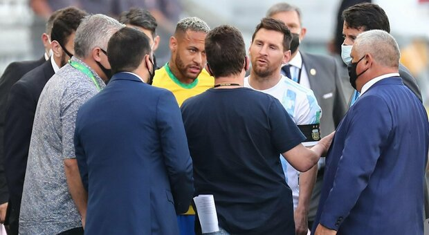 Brasile-Argentina interrotta: in campo l'Asl brasiliana che blocca i calciatori di Scaloni