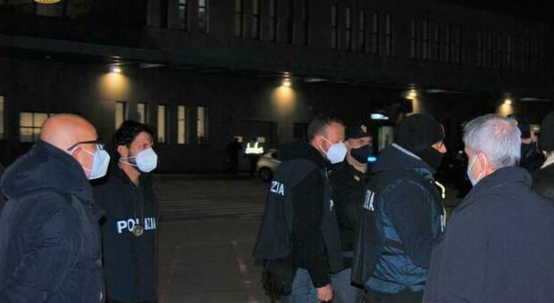 L'arresto della polizia in aerporto