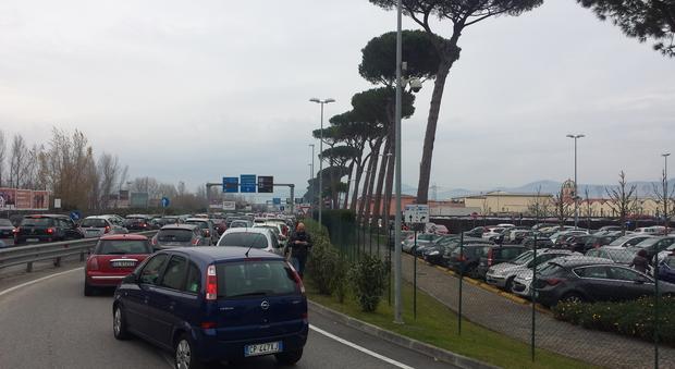 Via ai saldi, «assalto» all\'outlet e al centro Campania di ...