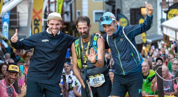 Roberto Zanco con il primo (a destra Franco Collè) e il secondo classificato (Jonas Russi) del Tor des Geants - foto Pierre Lucianaz