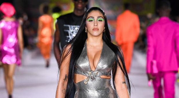 Lourdes Leon sfila per Versace, la figlia di Madonna sexy e anticonformista