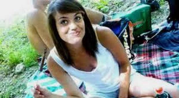 Morì cadendo dal balcone per sfuggire a uno stupro: i 2 imputati assolti in appello. Il padre: «La giustizia non c'è più»