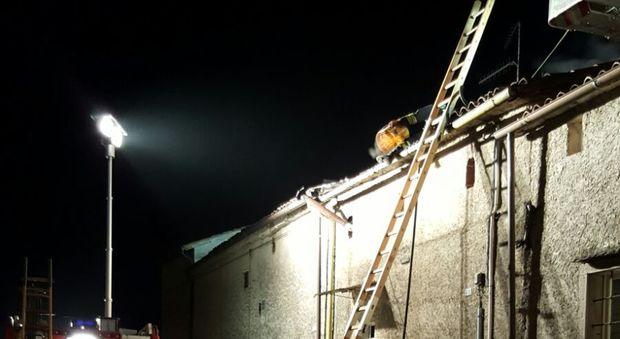 Incendio devasta il tetto della casa madre e figlia for Tetto della casa moderna