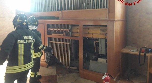 I vigili del fuoco in chiesa