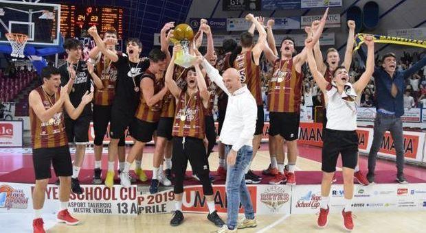 La squadra del liceo Morin di Mestre festeggia la conquista della Reyer School Cup
