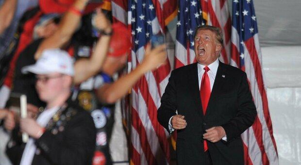 Donald Trump attacca Biden: «Usa sul baratro, vinceremo il Midterm». Bagno di folla in Iowa