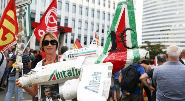 Alitalia, odissea passeggeri: «Bagagli restano a terra». La vertenza dei dipendenti trasforma i viaggi in incubo