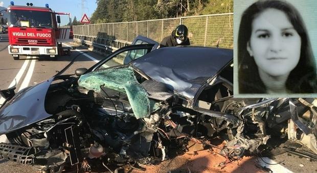 La Renault Clio sulla quale viaggiava Sara Candeago dopo l'incidente sul Ponte Cadore