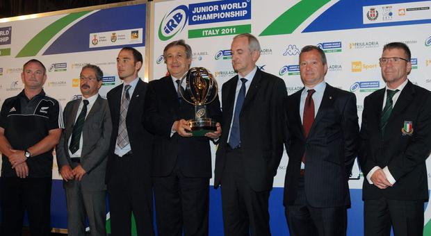 Il vice presidente federale Nino Sacca con il trofeo alla Coppa del mondo under 20 giocata nel 2011 in Veneto