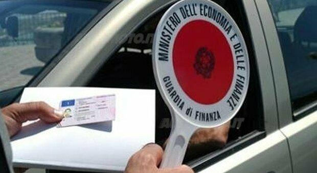 Fuga in auto dalla Polizia, 50enne nei guai: è senza patente dal 2007