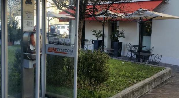 rimprovera un immigrato che fà pipì in una cabina telefonica: pestato - Cabina Telefonica