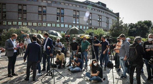 Silvio Berlusconi, folla di giornalisti davanti al San Raffaele
