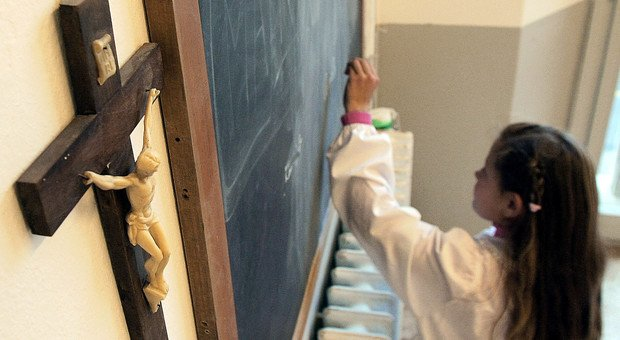 Crocifisso in classe, no del ministro Fioramonti. Gelo dei cattolici Pd: «Questione inutile»