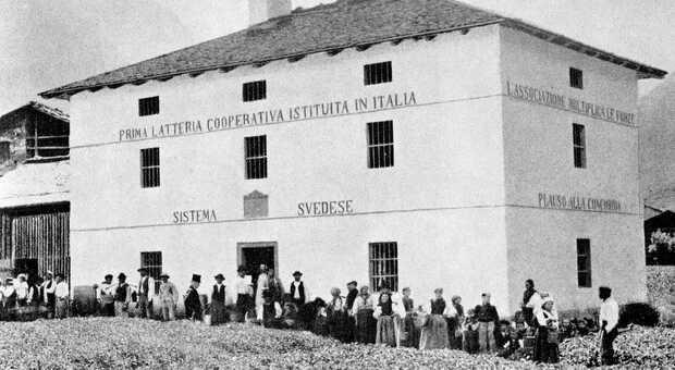 """""""Prima latteria cooperativa istituita in Italia"""" recita la scritta sul muro dell'edificio a Forno di Canale"""