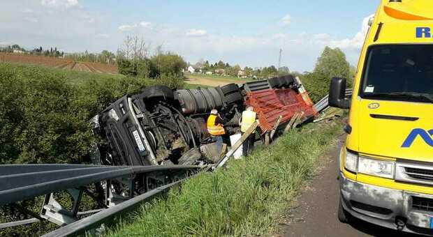 Il Tir incidentato in A4