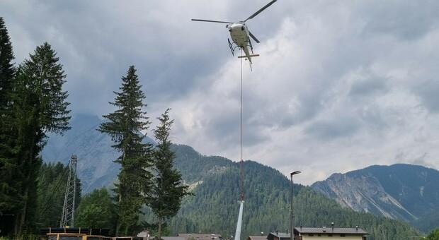 L'elicottero utilizzato da Enel per i lavori sulla rete elettrica in Comelico