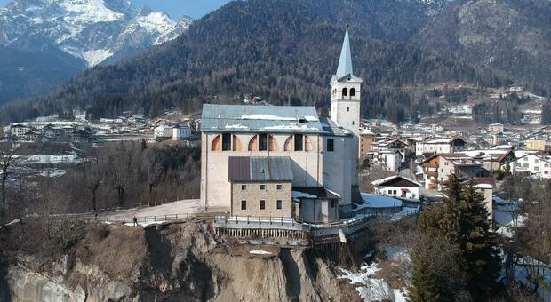 Chiesa di San Martino in bilico sulla frana: «Servirebbero due milioni»