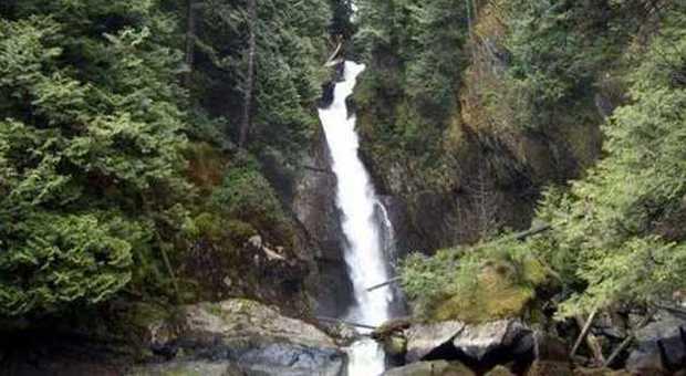 Si sporge per vedere una cascata cade per metri e muore