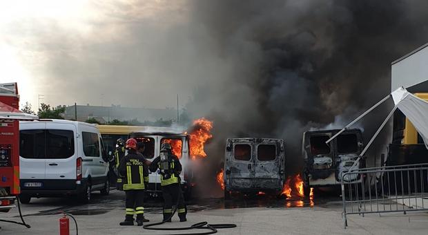 L INTERVENTO I pompieri al lavoro a San Michele al Tagliamento fuori del campo da calcio dove sono andati a fuoco vari pulmini